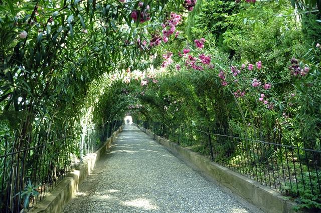 Jalan keluar dari taman Generalife.