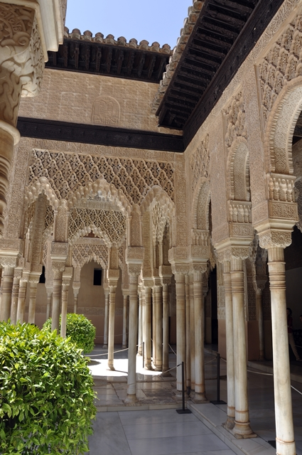 Pilar-pilar yang cantik dan megah di Istana Nasrid.