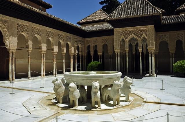 Patung singa yang menjadi salah satu ikon Alhambra.