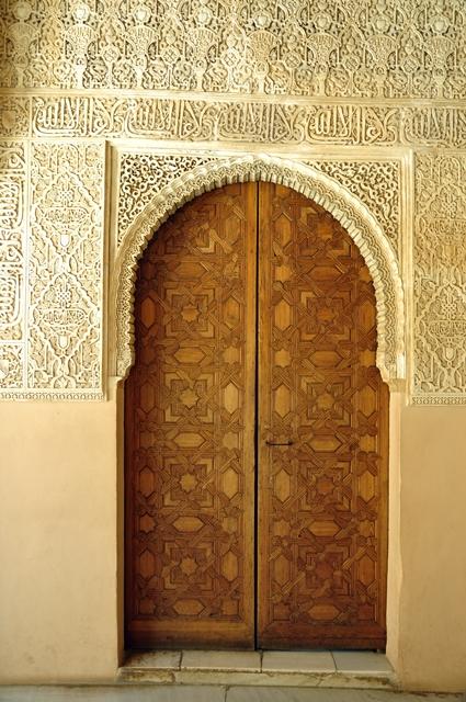 Pintu dengan ornamen khas Islam di Istana Nasrid.