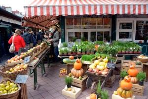 Salah satu kedai yang menjual sayur dan buah. Segar-segar dan tertata rapi.