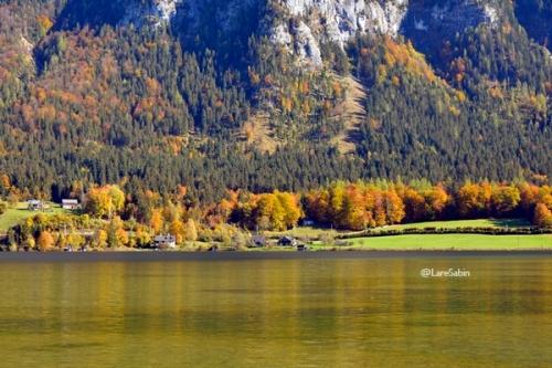 Pemandangan dari tepi Danau Hallstatt.